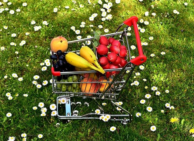 nákupní vozík s ovocem