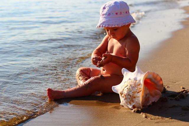 dítě s mušlí
