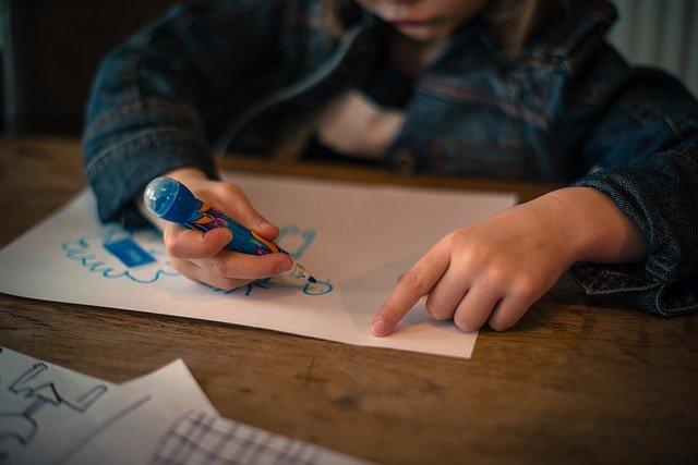 dítě kreslící na papír