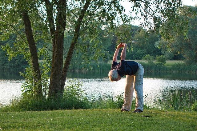 starší muž cvičící jógu.jpg